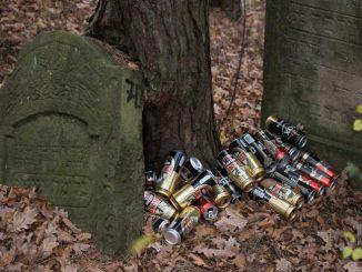 Urządzili sobie libację na żydowskich grobach