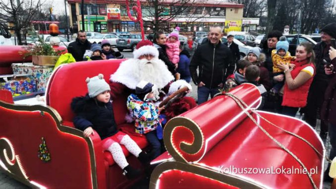 Kolbuszowski Święty Mikołaj gra z WOŚP